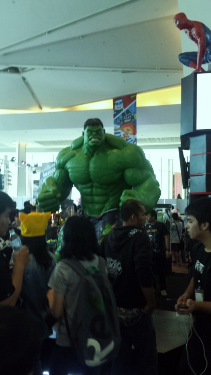 Spiderman haciendo enfadar a Hulk