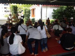 Monjes bendiciendo y repartiendo sabiduaría