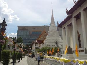 Gente dando vueltas alrededor del Templo Pathum Wanaram